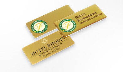 Name badges made of gold-coloured aluminium.