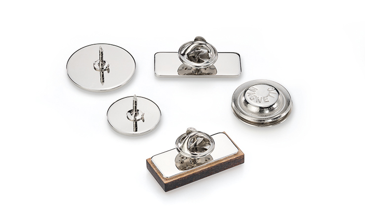 Rückansicht: Pins, Anstecker und Broschen aus Holz