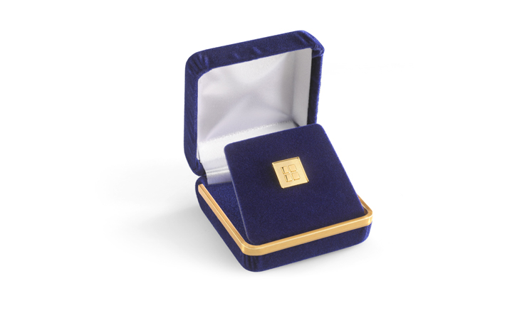 Lapel pins made of precious metal in fine velour cases