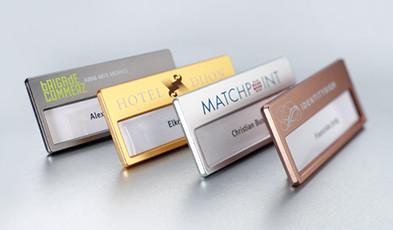Namensschilder mit Metallic-Oberflächen